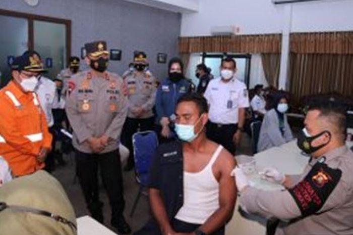 Kapolda Sumsel Tinjau Pelaksanaan Vaksinasi di PT KAI Palembang