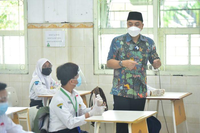 Wali Kota Eri saat menjadi guru dalam simulasi sekolah tatap muka