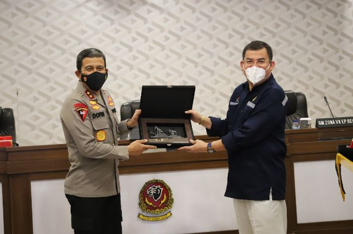 Penandatanganan Perjanjian Kerjasama Teknis (PKT) antara SKK Migas dan Polda Jawa Barat yang dilakukan oleh Sekretaris SKK Migas, Taslim Yunus dan Kapolda Jawa Barat Inspektur Jenderal Polisi Drs H. Ahmad Dofiri, M.Si.