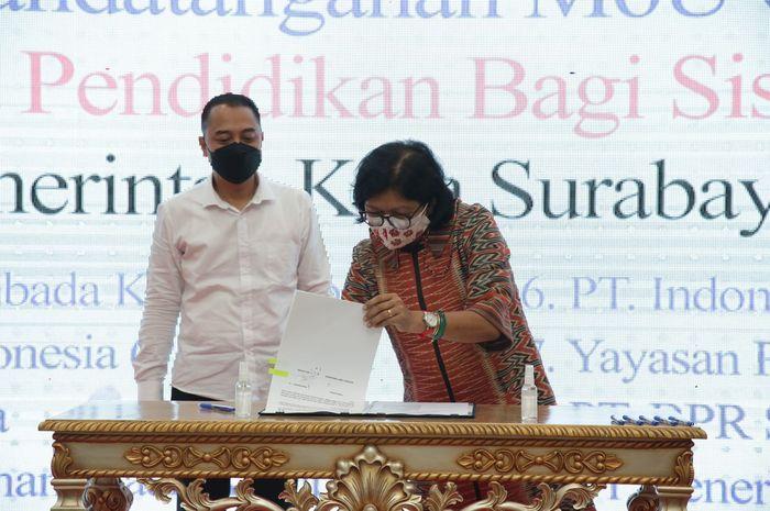 Wakil Editor Desk Regional Harian Kompas Agnes Swetta Pandia, mewakili Yayasan Dana Kemanusiaan Kompas menandatangani perjanjian bersama penyaluran beasiswa untuk siswa MBR tahun ajaran 2021/2022 dengan Pemerintah Kota Surabaya yakni Wali Kota Surabaya Eri Cahyadi, Selasa (14/09/2021)