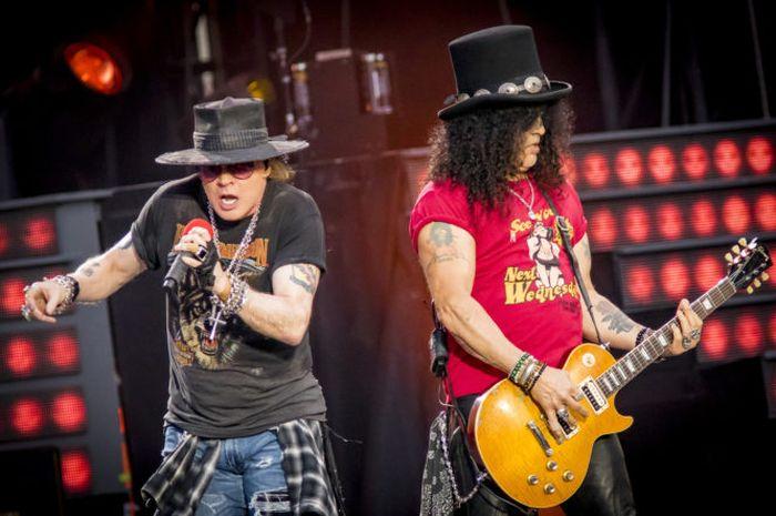 OTTAWA, - 21 Agustus:  Axl Rose dan Slash dari Guns N' Roses perform 'Not In This Lifetime' Tour di TD Place Stadium pada 21 Agustus 2017 di Ottawa, Canada.  (Photo by Mark Horton/Getty Images)