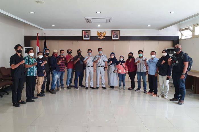 Kepala PT. Jasa Raharja (Persero) Cabang Kalimantan Barat, Regy S. Wijaya, bersama awak media usai media gathering, baik dari elektronik, cetak dan online.