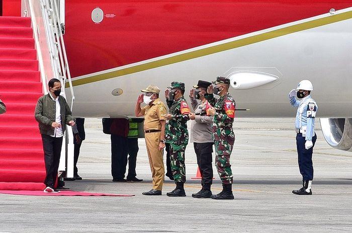 Presiden Republik Indonesia Joko Widodo (Jokowi) tiba di Bandar Udara (Bandara) Kualanamu, Kabupaten Deliserdang, Kamis (16/9).