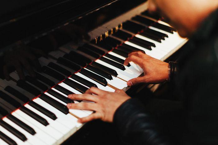 Ilustrasi Bermain Piano