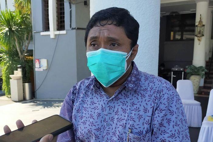 Foto: Ketua Pansel Direksi PDAM Surya Sembada, Wawan Aries Widodo saat di halaman Balai Kota Surabaya