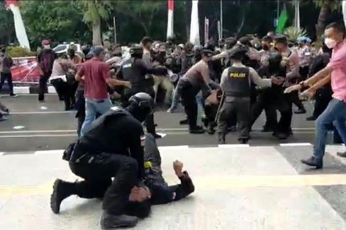 Polisi Banting Pengunjuk Rasa Hingga Kejang