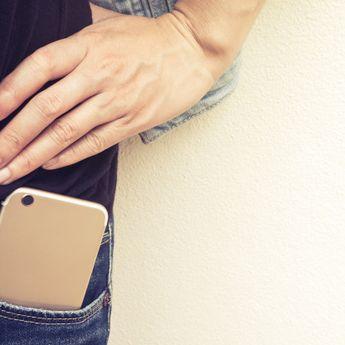 Bisa Pengaruhi Sperma, Hentikan Kebiasaan Simpan Ponsel di Saku Celana