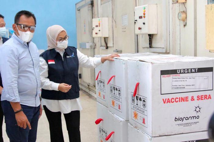 Kepala BPOM didampingi Sekdaprov saat memantau distribusi dan penyimpanan vaksin di Dinkes jatim, Selasa (23/02/2021).