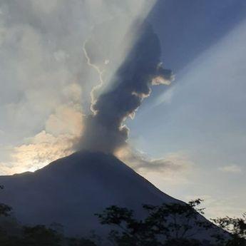 BREAKING NEWS: Gunung Merapi Mengeluarkan Awan Panas Selama 160 Detik
