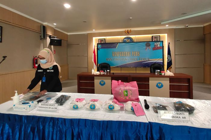 Petugas menggelar barang bukti dari tersangka AR dan BS/CM di kantor BNNP Jatim di Surabaya, Kamis (20/05/2021).