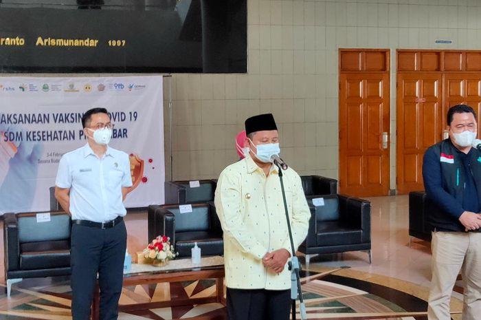 Wagub Jabar (Berpeci) Saat Jumpa Pers di Lobby Sabuga Bandung Usai Memantau Pelaksanaan Gebyar Vaksinasi Covid-19, Rabu (3/2/2021).