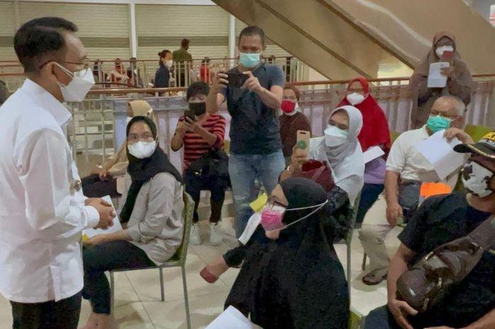 Kepala Pelaksana BPBD Provinsi Jawa Barat Dani Ramdan (kemeja putih & masker putih) saat meninjau pelaksanaan vaksinasi massal di wilayah Kab. Bogor