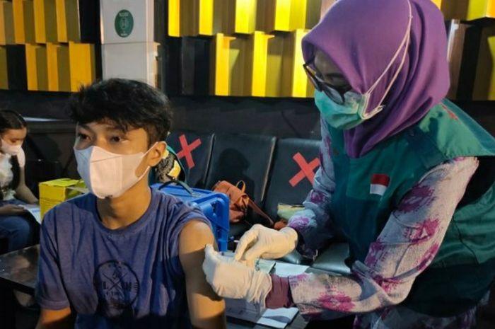 Kegiatan vaksinasi pekerja hiburan di Makassar