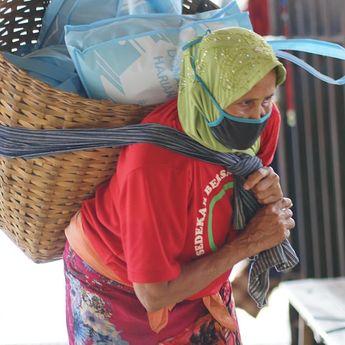Saling Membantu di Masa Pandemi, Pembaca Kompas Berikan Donasi untuk Ratusan Buruh Gendong di Yogyakarta