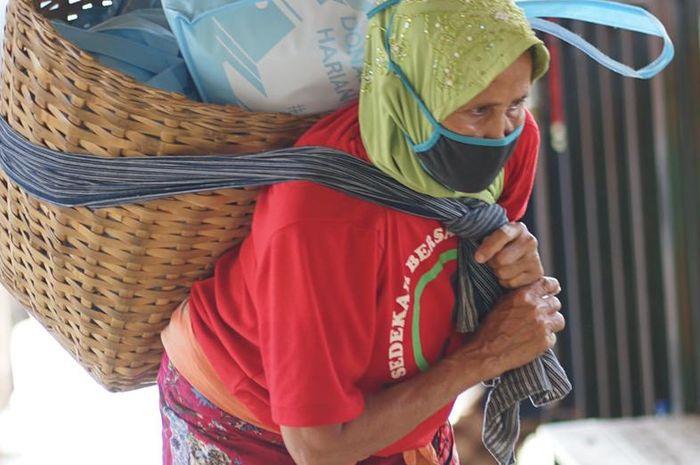 Buruh Gendong DIY mendapatkan paket sembako yang diberikan dari Dana Kemanusiaan Kompas (DKK).