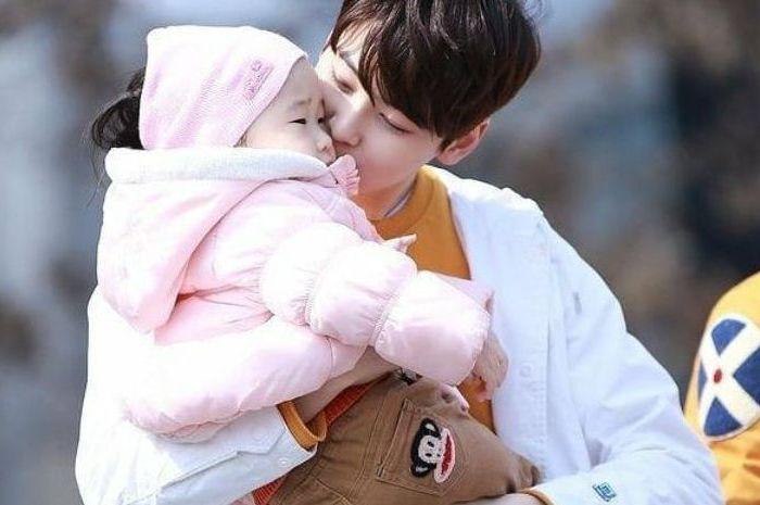 Cha Eunwoo saat menggendong anak kecil